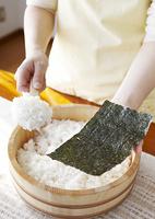 手巻き寿司を作る手元