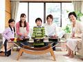 花見弁当に喜ぶ三世代家族