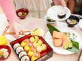 お寿司を取る女性の手元