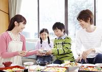 花見弁当を食べる親子