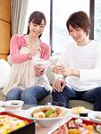 花見弁当を食べる夫婦