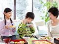 花見弁当を食べる祖母と孫