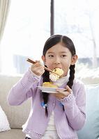 お寿司を食べる少女