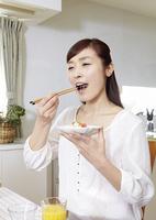 ちらし寿司を食べる若い女性