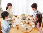 水炊き鍋を囲む親子