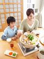 水炊き鍋を囲む母と息子