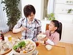水炊き鍋を囲む父と娘