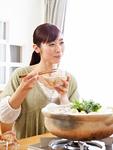 水炊き鍋を食べる若い女性