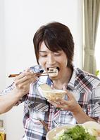 水炊き鍋を食べる若い男性