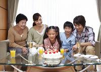 バースデーパーティーをする三世代家族