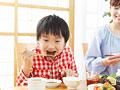 焼き肉を食べる母と息子