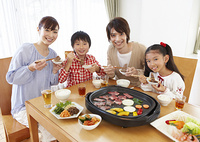 焼き肉を食べる親子