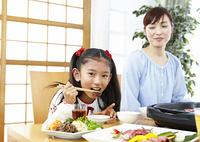 焼き肉を食べる母と娘