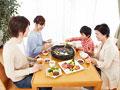 焼き肉を食べる三世代家族