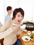 焼き肉を食べる夫婦