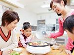寄せ鍋を囲む親子