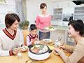 寄せ鍋を囲む三世代家族