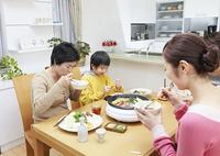 寄せ鍋を囲む3世代家族
