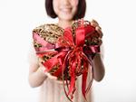 ハートのプレゼントを持つ女性