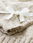 白いリボンとセーター