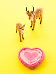 鹿の置物とハート