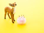鹿の置物とケーキ