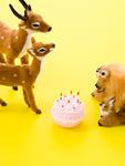 鹿とリスの置物とケーキ
