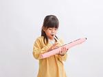 鍵盤ハーモニカを吹く少女