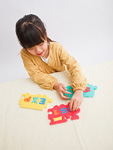 パズルで遊ぶ少女