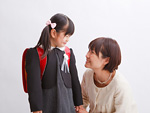 ランドセルの少女と母親