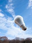 LED電球と青空