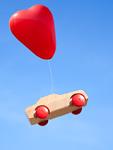 ハート形の風船とミニカー