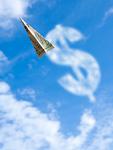 紙幣の紙飛行機とドル記号の雲