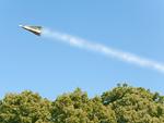 紙幣の紙飛行機と飛行機雲