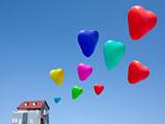 ハート形の風船とミニチュアの家