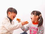 食べさせっこをする姉と妹