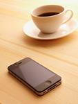 スマートフォンとホットコーヒー