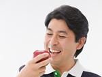 リンゴを食べる男性