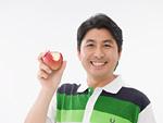 リンゴを持つ男性