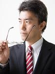 メガネを持つビジネスマン