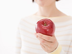 リンゴを持つ女性の手元