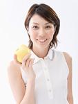 青リンゴを持つ女性