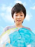 地球儀を見つめる少年