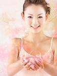 花びらを持つ若い女性