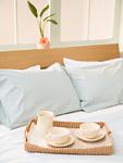 ベッドの上のコーヒーカップ