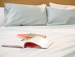 ベッドの上の本