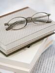 重ねた本とメガネ