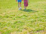 芝生を歩く少女