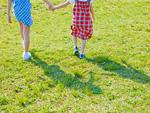 芝生を歩く女の子