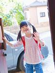 玄関で手を振る少女